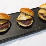 Minihamburguesas de avestruz con boletus confitados y pan dulce casero plato