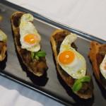 Tostas de ratatouille con huevos de codorniz plato