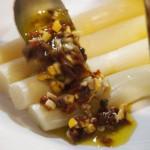 Esparragos blancos con aliño de tomate seco y pimienta verde4