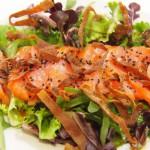 Sashimi de salmón brotes verdes