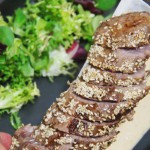 Tataki morrillo de atún sobre ajoblanco avellana