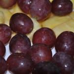 Brochetas de salmón y atún uvas