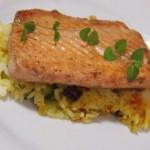 Salmón plancha sobre arroz de verduras