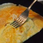 tortilla de cebolla y parmesano con mojo verde