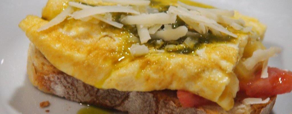 Tosta de tortilla de cebolla y parmesano con mojo verde4