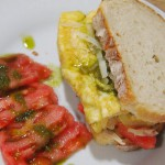 Tosta de tortilla de cebolla y parmesano con mojo verde