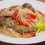 Fideos chinos con verduras y secreto ibérico