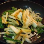 sartén de berenjena, pimiento y cebolla