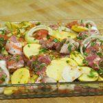 Cordero con patatas y limón marinando