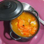 Emplatado de sopa de caldo de cordero y lenteja roja