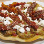 Tatín de alcachofas con feta y tomates secos