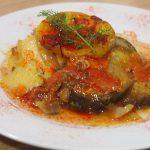 Cazuela criolla de patatas y berenjenas servida
