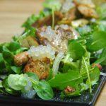 emplatado de Pollo con aliño verde y esferas de limón en ensalada