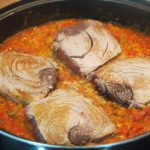 Sartén de Taco de atún con tomate sobre trigo tierno