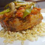 Emplatado de Taco de atún con tomate sobre trigo tierno
