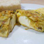 tortilla de verduras y queso cremoso cortada