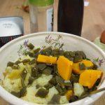 machacando verduras para pastel de judías verdes