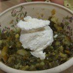 Añadiendo queso a la masa del pastel de judías verdes