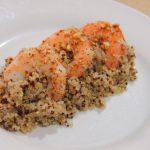 Quinoa aromatizada con langostinos y esferas de naranja