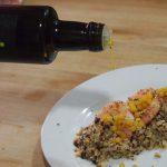 Emplatando Quinoa aromatizada con langostinos y esferas de naranja