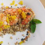 Quinoa aromatizada con langostinos y esferas de naranja emplatada