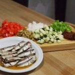 Ingredientes cortados para Ensalada con arroz integral y sardinillas ahumadas proceso