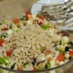 Ingredientes mezclados para Ensalada con arroz integral y sardinillas ahumadas proceso