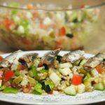 Emplatado de Ensalada con arroz integral y sardinillas ahumadas
