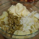 """aliñando patata para Timbal de pulpo """"A Feira"""" sobre patata aliñada"""