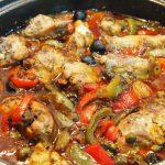 Guiso de pollo con aceitunas negras y alcaparras