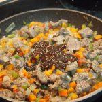 Preparando relleno de carne para hojaldres